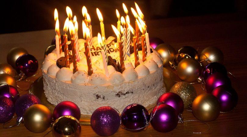 tort urodzinowy i świeczki