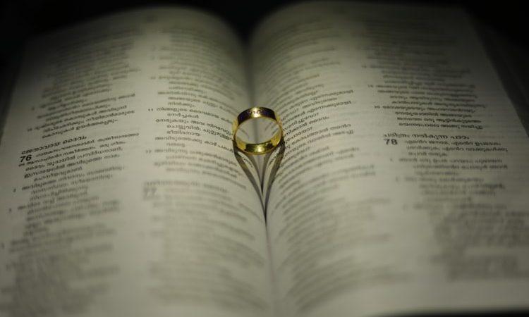 złote pierścionki z cyrkoniami